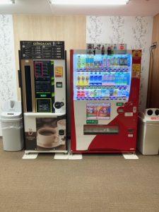 画像:リフレッシュルーム内の自販機
